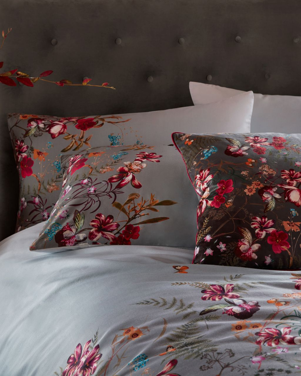 Artikel klicken und genauer betrachten! - Der FERNISA Bettbezug garantiert Ihnen eine erholsame, luxuriöse Nachtruhe. Der weiche Baumwollbezug wurde mit dem eleganten Fern Forest-Print verziert und lässt in Kombination mit den passenden FERNNA Kissen Ihr Schlafzimmer aufblühen. | im Online Shop kaufen