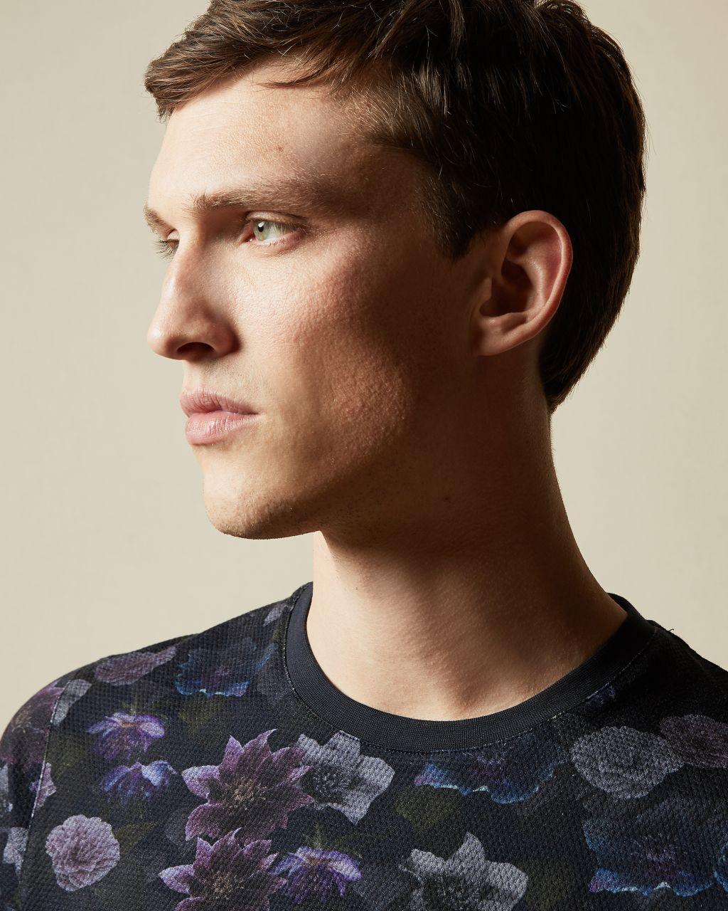 Artikel klicken und genauer betrachten! - Im Frühjahr trägt man(n) Blumen, weshalb das abstrakte ZOOM T-Shirt von Ted die perfekte Wahl für das Wochenende ist. Das Modell aus weicher Baumwolle ergibt in Kombination mit Jeans einen coolen, legeren Look. - Ted Baker Herrenkollektion - Baumwolle - Blumenprint - Kurze Ärmel - Rundhalsausschnitt - Ted Baker-Logo - Das Model ist 1,87 m groß und trägt die Größe 3 von Ted | im Online Shop kaufen